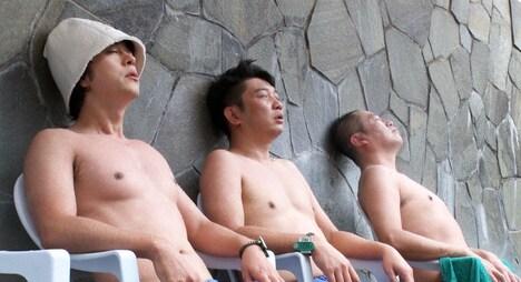 草加健康センターを訪れる(左から)ヒャダイン、TKO木本、濡れ頭巾ちゃん。(c)BS朝日
