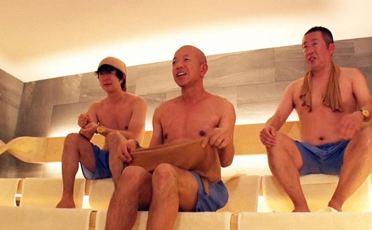 「サウナを愛でたい」でサウナ施設「かるまる」を訪れる(左から)ヒャダイン、バイきんぐ小峠、濡れ頭巾ちゃん。(c)BS朝日