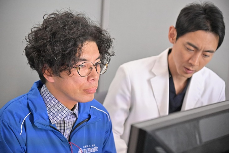 SEの膳場大輔を演じる片桐仁(左)と主人公・有原修平役の小泉孝太郎(右)。