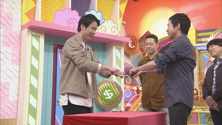 「本能Z」でマジックを披露する、かまいたち濱家(左)。(c)CBC