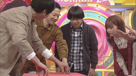 かまいたち濱家(左)によるマジックのワンシーン。(c)CBC