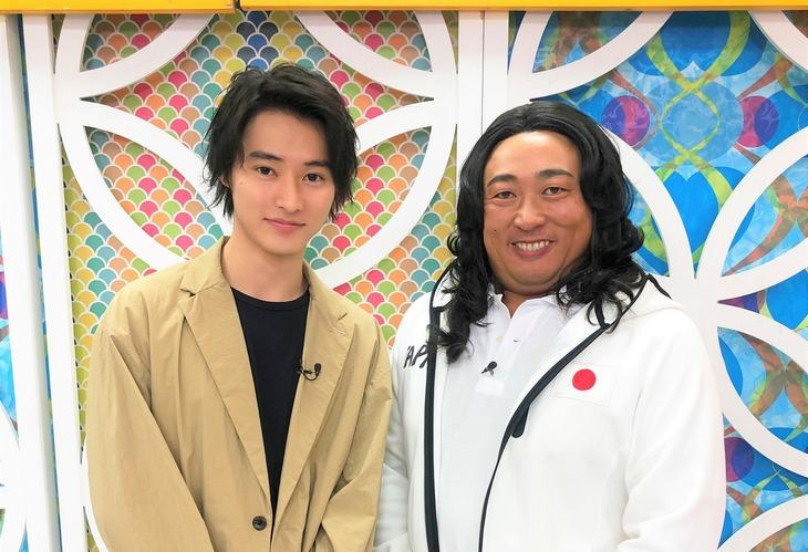 左から山崎賢人、藤子康男。(c)日本テレビ