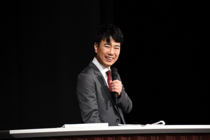笑顔を見せる藤井隆。