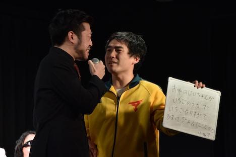 赤もみじ村田(左)が終演後のハイタッチ会で赤もみじの漫才のように叫ぶことを、ランジャタイ国崎(右)が提案した場面。