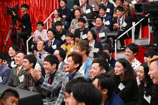 スタジオに集まった関西若手芸人100人。(c)MBS