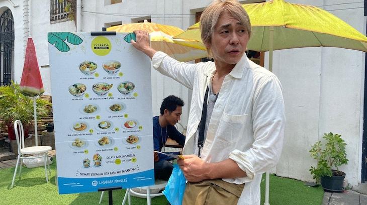 「迷宮グルメ 異郷の駅前食堂」でインドネシアを訪れるヒロシ。(c)BS朝日