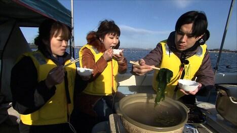 ワカメ狩りに臨んだハライチ岩井(右)。(c)ABCテレビ