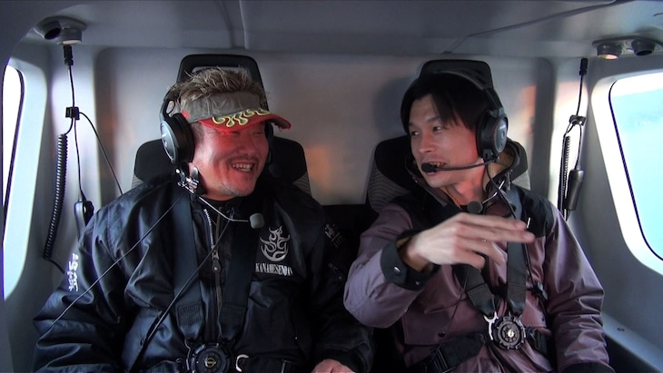 「相席食堂」でヘリコプターに乗るハライチ岩井(右)。(c)ABCテレビ