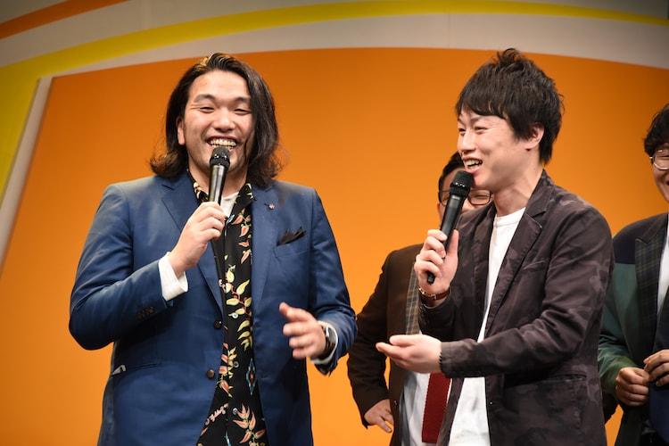 「上方漫才協会大賞」を獲って大阪の市バスや地下鉄がタダになった、と嘘をつく見取り図・盛山(左)。