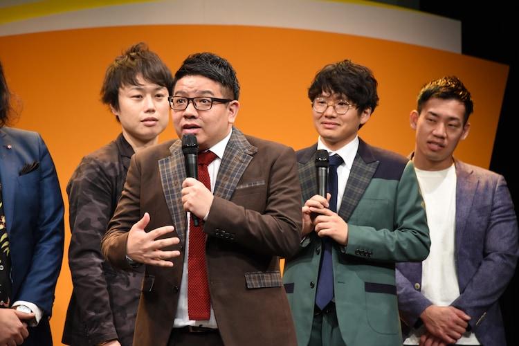 会見にて、現在レギュラー出演中のドラマのワンシーンを再現するミキ昴生。