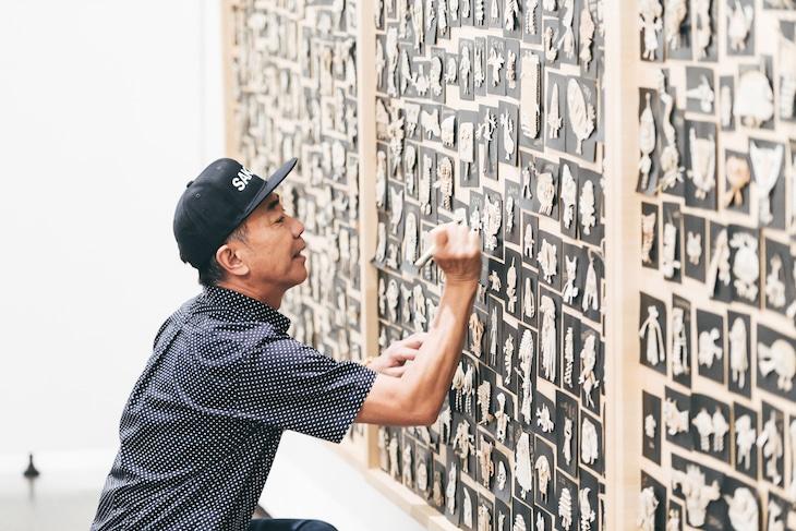 「木梨憲武展 Timing -瞬間の光り-」アーティスト写真 撮影:杉田裕一 (c)NORITAKE KINASHI