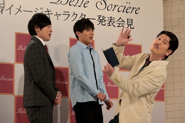 和牛・川西が参加するコント「囲み取材」のワンシーン。(c)NHK