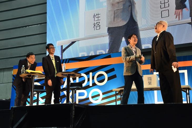 「RADIO EXPO ~TBSラジオ万博2020~」でお題に沿った即興コントを繰り広げるコサキン(右)と、その様子を楽しむナイツ(左)。(c)TBSラジオ