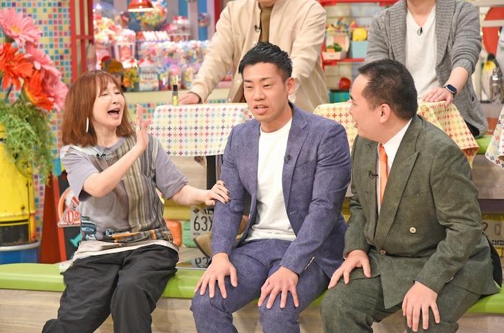 左からYOU、ミルクボーイ。(c)読売テレビ
