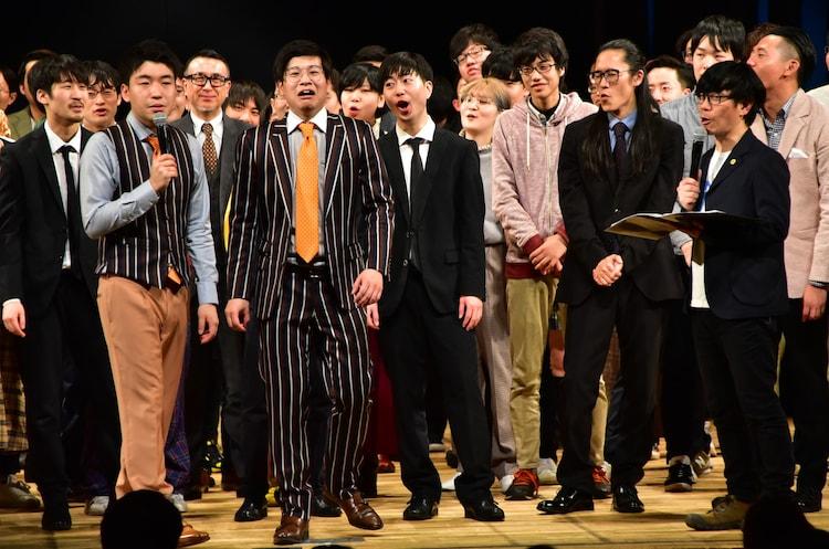 優勝決定後、ゴヤ(前列左)にバッファロー吾郎・竹若(前列右)がインタビューする様子。