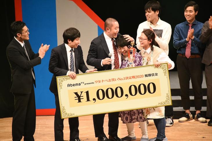 優勝したはなしょーは、昨年王者のハナコから賞金100万円のパネルを贈呈された。