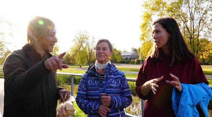 「迷宮グルメ 異郷の駅前食堂」でエストニアを訪れるヒロシ(左)。(c)BS朝日
