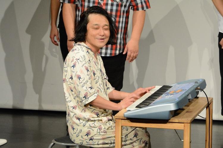 Toshlになりきってピアノを弾く永野。