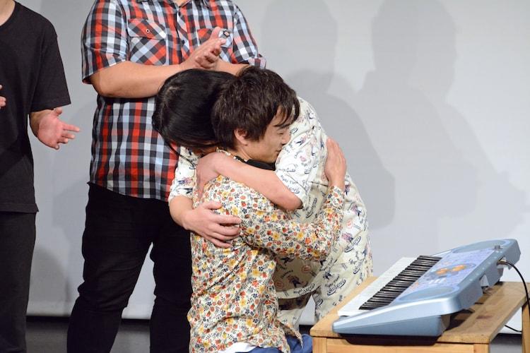 抱き合うザ・ギース高佐と永野。