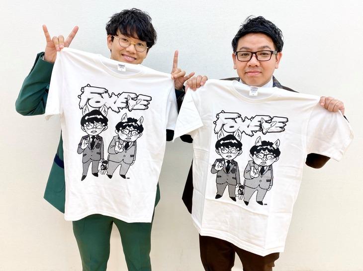 「マンゲキ発信!BUZZってミキ!」のDVD初回限定盤に付いてくる「FOX EYE」オリジナルTシャツとミキ。