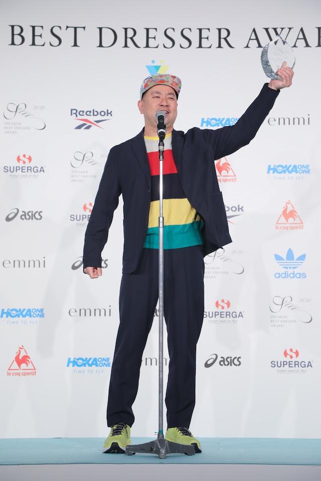「スニーカーベストドレッサー賞」特別賞を受賞したレイザーラモンRG。