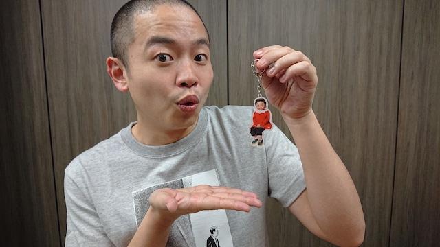 ふくちゃんチェンジングキーホルダーを手にするゾフィー上田。