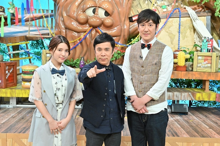 「アイ・アム・冒険少年」MCの(左から)川島海荷、ナインティナイン岡村、ココリコ田中。(c)TBS