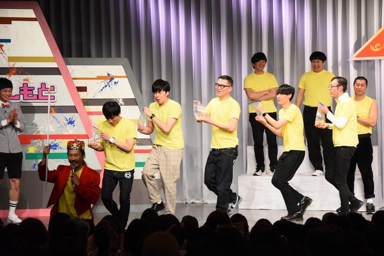 香田晋役のパンサー菅を先頭に、唐揚げの行進を行う選手たち。