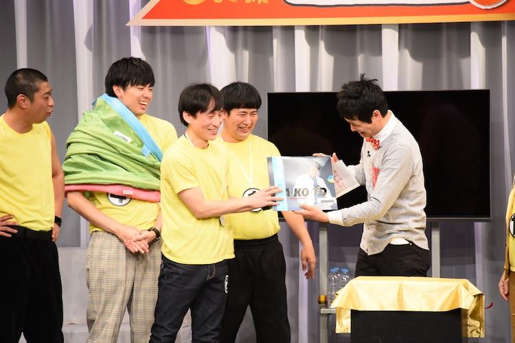 ベストリーダーシップ賞のなだぎ武には野々村誠のアルバムが贈られた。