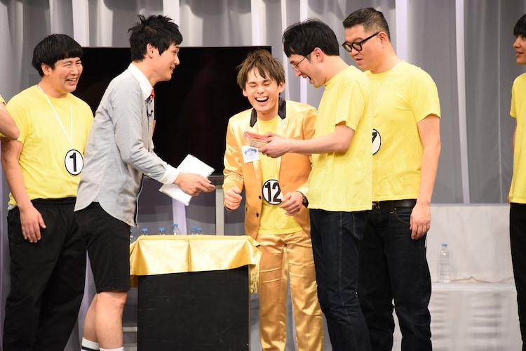 ベストファッション賞のシソンヌじろうには24金の「南」が贈られた。