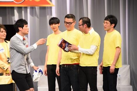 MVPに選ばれたジョイマン高木(右から2人目)。