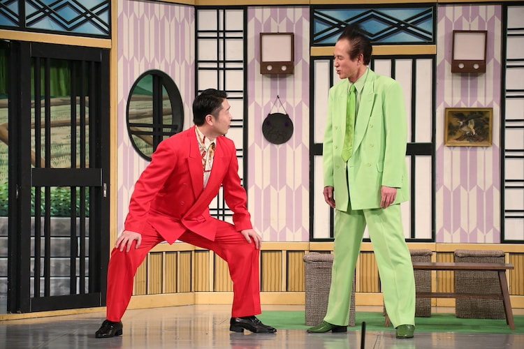 借金取りの弟分役で吉本新喜劇に出演した千葉公平(左)。