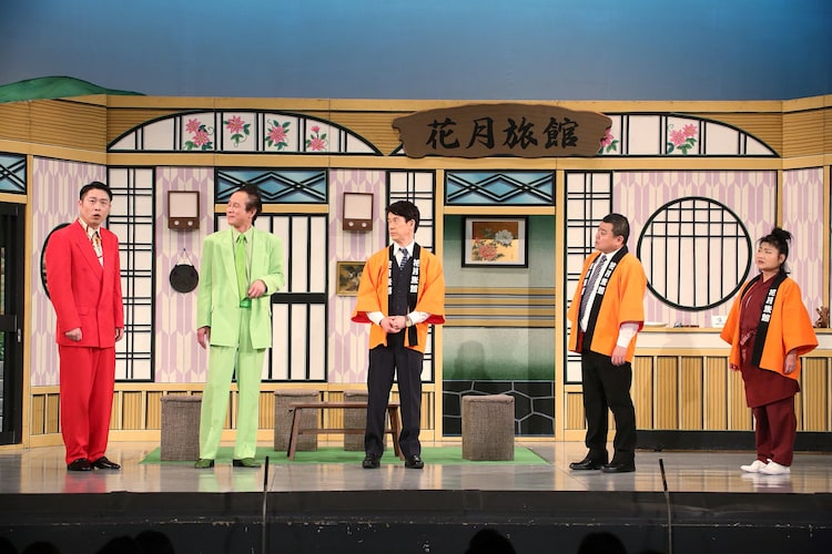 吉本新喜劇に出演する千葉公平(左端)。