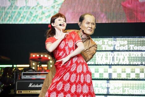 松丸友紀アナウンサーとインドダンスを披露する劇団ひとり。
