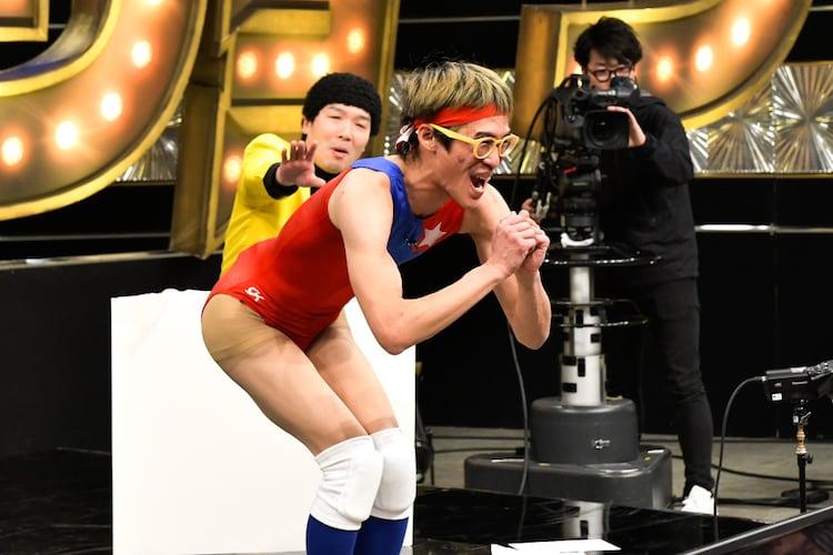 ムラムラタムラと桐野安生(後方左)。(c)TBS