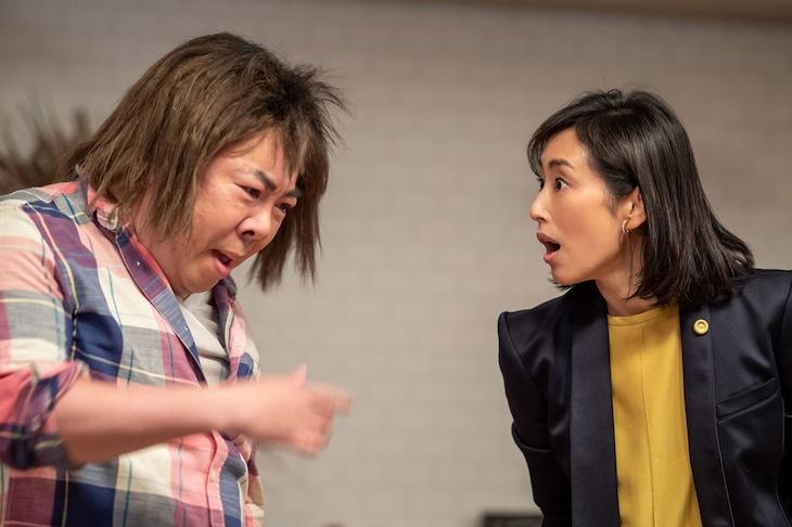 コント「キスがうまいだけの男」で共演するドランクドラゴン塚地(左)と木村多江(右)。(c)NHK