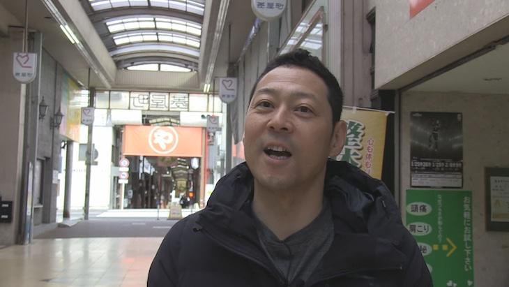 「本能Z」で商店街ロケに臨む東野幸治。(c)CBC