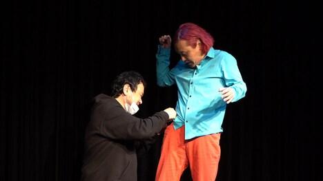 マイクのセッティングをする石崎氏に罵声を浴びせる永野。