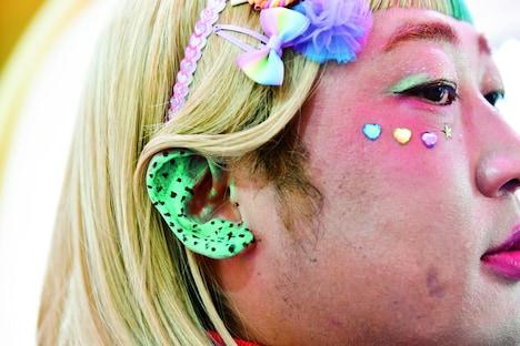 耳をチョコミント色に塗る「ミミミント」。(撮影:浅田政志)