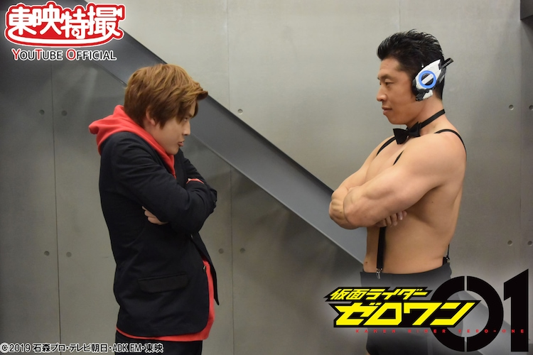 腹筋崩壊太郎と対峙する飛電或人。