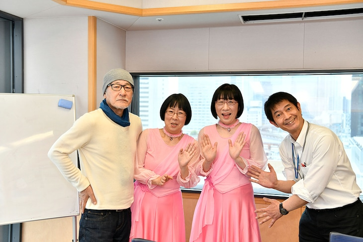 月曜パートナーを務めることになった阿佐ヶ谷姉妹と大竹まこと(左)、太田英明(文化放送アナウンサー)。(c)文化放送