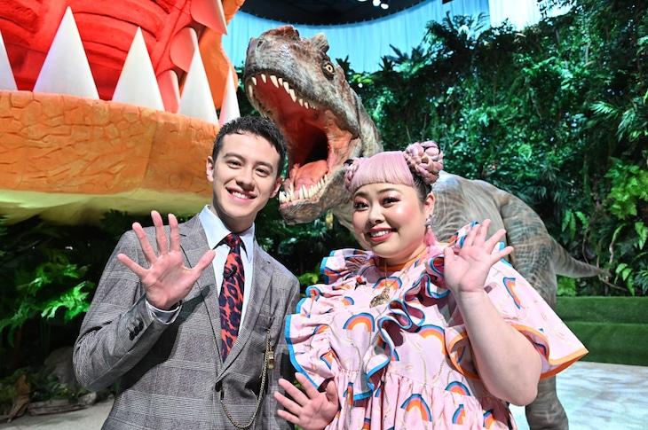 「クイズ!タイムトラベラー」MCの(左から)ウエンツ瑛士、渡辺直美。(c)TBS