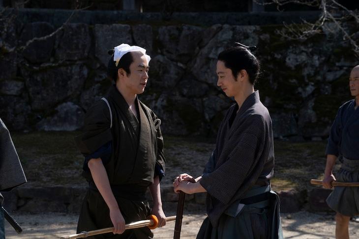 「燃えよ剣」の撮影に臨むウーマンラッシュアワー村本(左)とはんにゃ金田(右)。