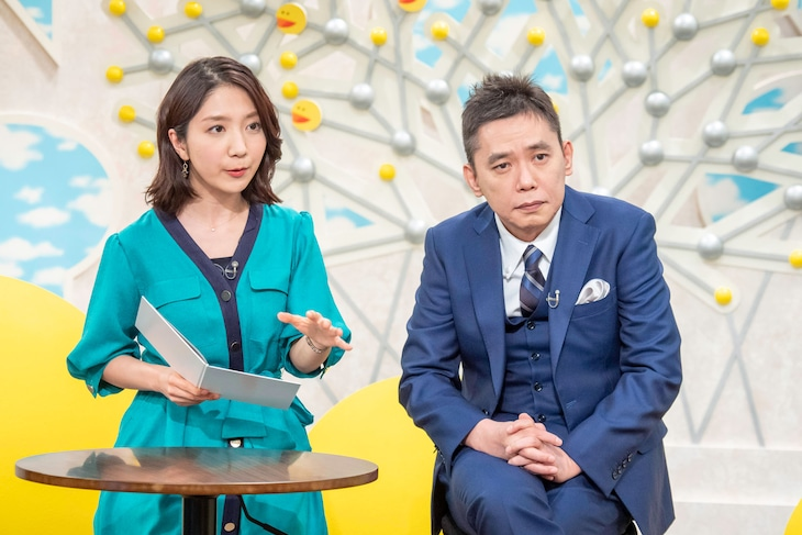 保里小百合NHKアナウンサーと爆笑問題・太田(右)。(c)NHK