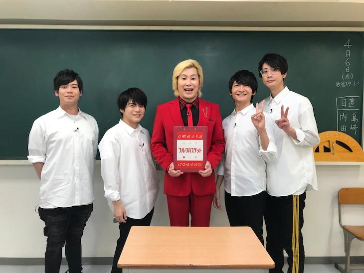 左から古川慎、内田雄馬、メイプル超合金カズレーザー、島崎信長、江口拓也。