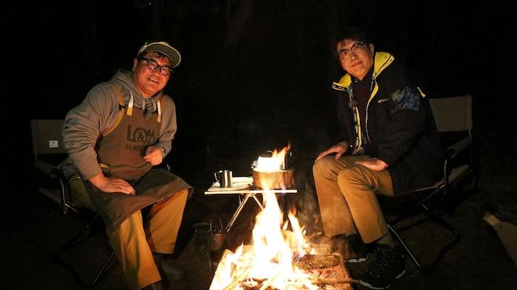 新番組「石橋、薪を焚べる」に出演する初回ゲストのカンニング竹山(左)と、メインパーソナリティの石橋貴明(右)。(c)フジテレビ