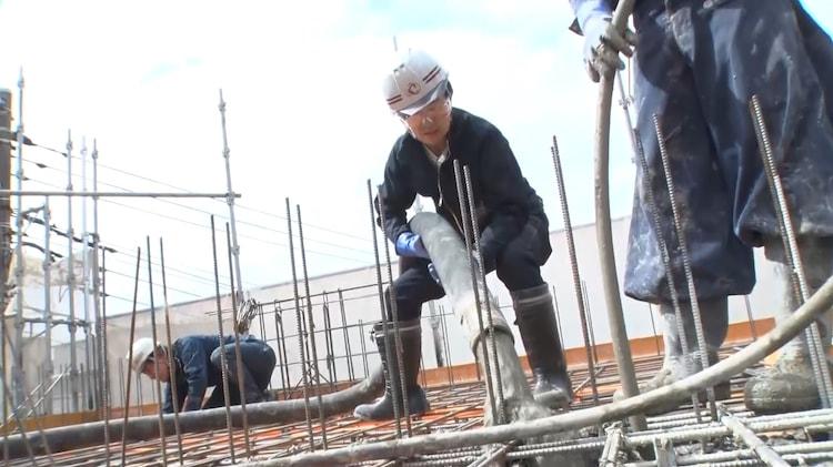 「それって!?実際どうなの課」で圧送工の仕事に挑むアキラ100%。(c)中京テレビ