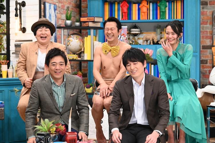 博多華丸・大吉(前列)と、(後列左から)森三中大島、アキラ100%、緑川静香。(c)中京テレビ