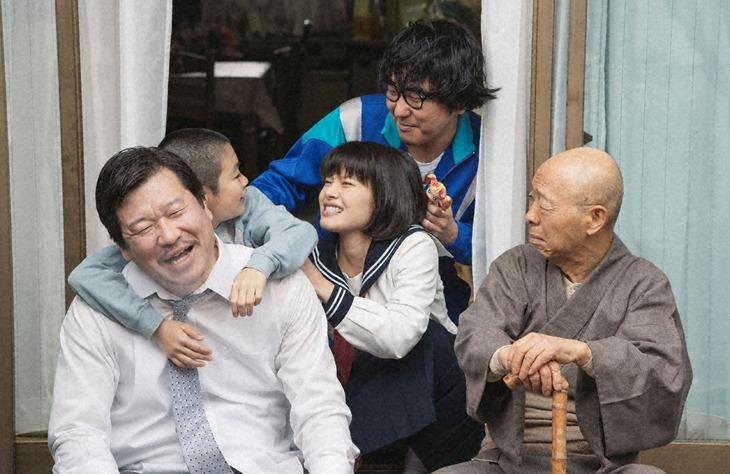 「浦安鉄筋家族」第1話のワンシーン。
