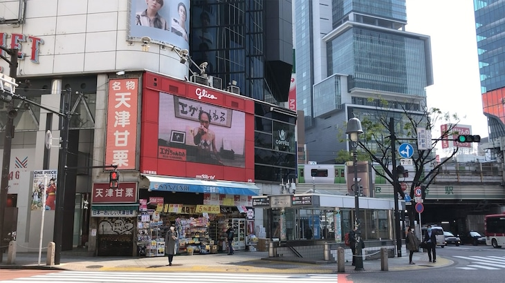 江頭2:50が登場する渋谷の街頭ビジョン。